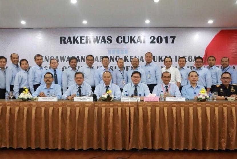 Bea Cukai menyelenggarakan Rapat Kerja Pengawasan di bidang cukai pada Rabu (9/8).