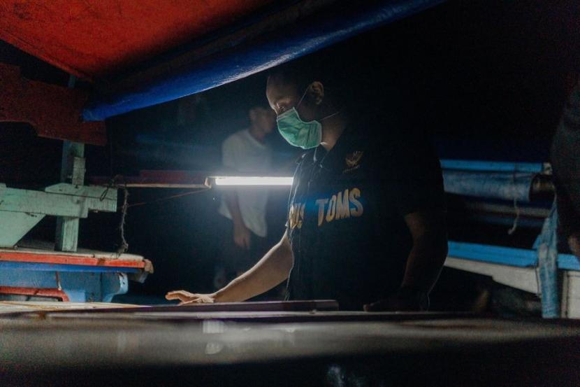Bea Cukai Soekarno-Hatta berkoordinasi dengan Loka Pengelolaan Sumberdaya Pesisir dan Laut (LPSPL) Serang melepasliarkan 1.500.000 ekor benih lobster di Pantai Carita, Sabtu (19/9). Upaya ini menurut Kepala Kantor Bea Cukai Soekarno-Hatta, Finari Manan dilakukan untuk menjaga keseimbangan biota laut, melestarikan populasi lobster, serta melindungi sumber pendapatan nelayanan lokal.