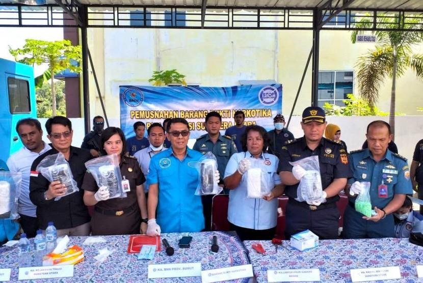 Bea Cukai Sumatra Utara bersama Badan Narkotika Nasional Provinsi (BNNP) Sumatera Utara memusnahkan barang bukti Narkotika Psikotropika dan Prekursor (NPP) pada Selasa (6/8).