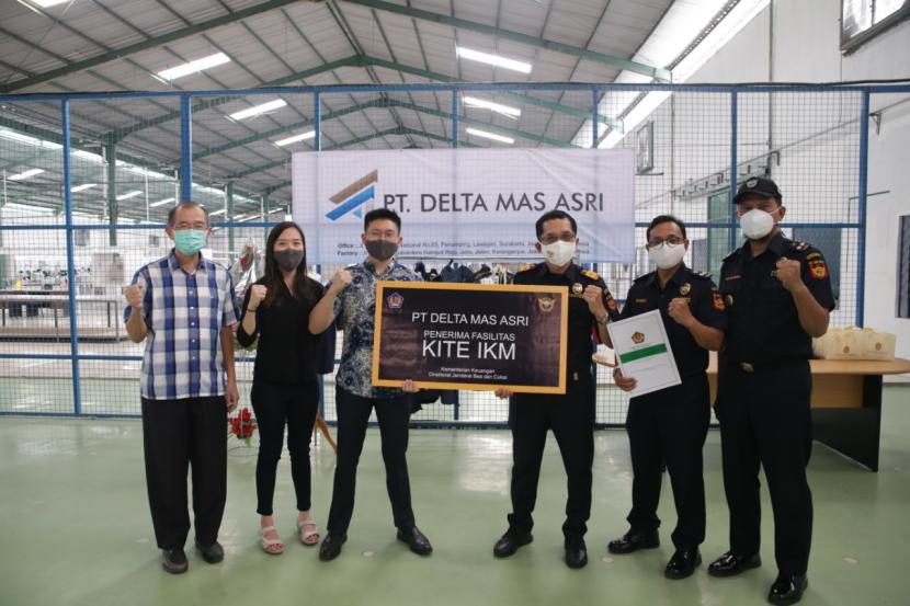 Bea Cukai Surakarta memberikan fasilitas Kemudahan Impor Tujuan Ekspor (KITE) untuk Industri Kecil dan Menengah (IKM) kepada PT Delta Mas Asri yang bergerak di industri pakaian jadi (konveksi) dari tekstil, Kamis (6/5).