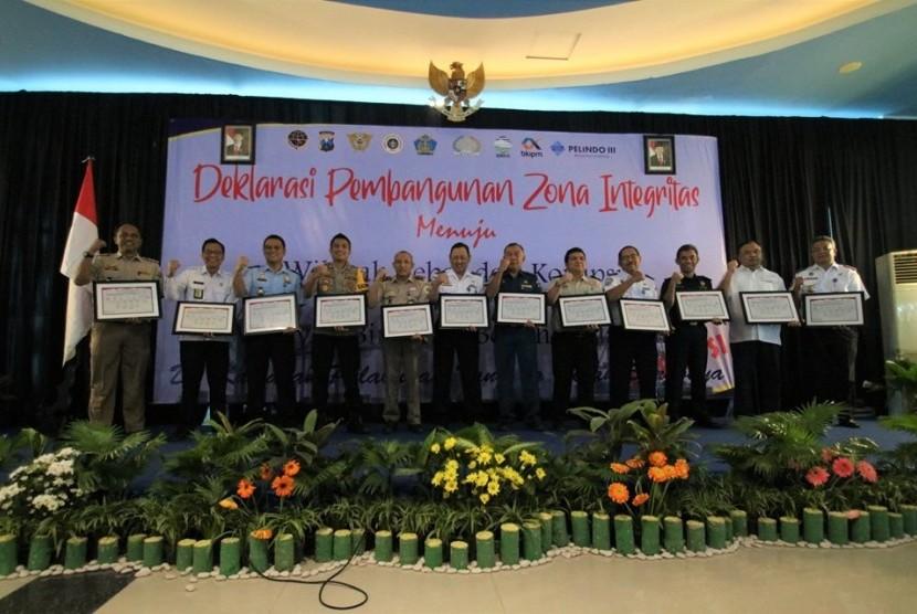 Bea Cukai Tanjung Perak menandatangani zona integritas dengam 12 instansi lainnya.