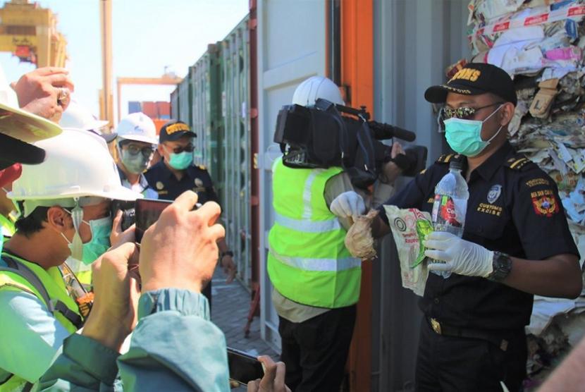 Bea Cukai Tanjung Perak menindak impor waste paper dari Australia.