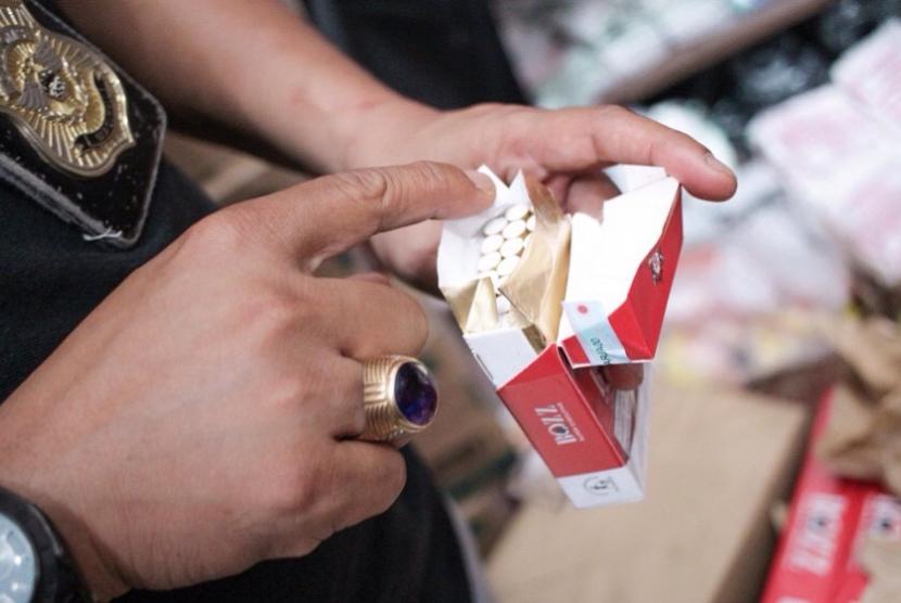 Bea Cukai Tembilahan lakukan operasi pasar dengan menyisir toko-toko. Mereka menyita ribuan bungkus rokok ilegal.