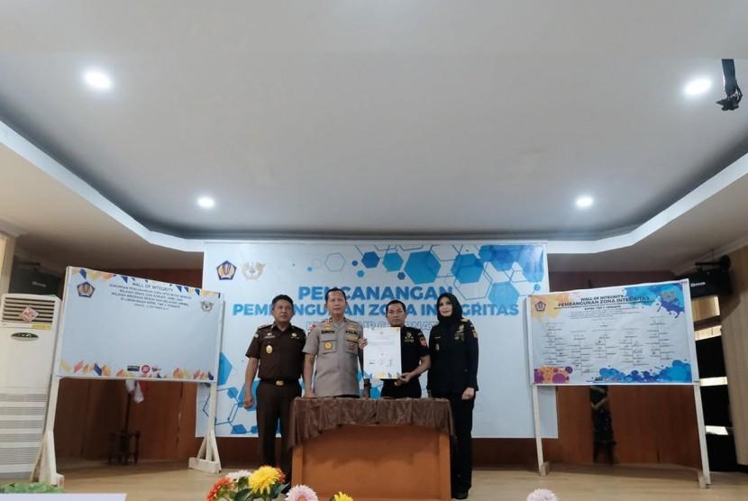 Bea Cukai Ternate melakukan pencanangan Zona Integritas menuju Wilayah Bebas Korupsi Wilayah Birokrasi Bersih Melayani (ZI WBK WBBM) pada Kamis, (12/9).