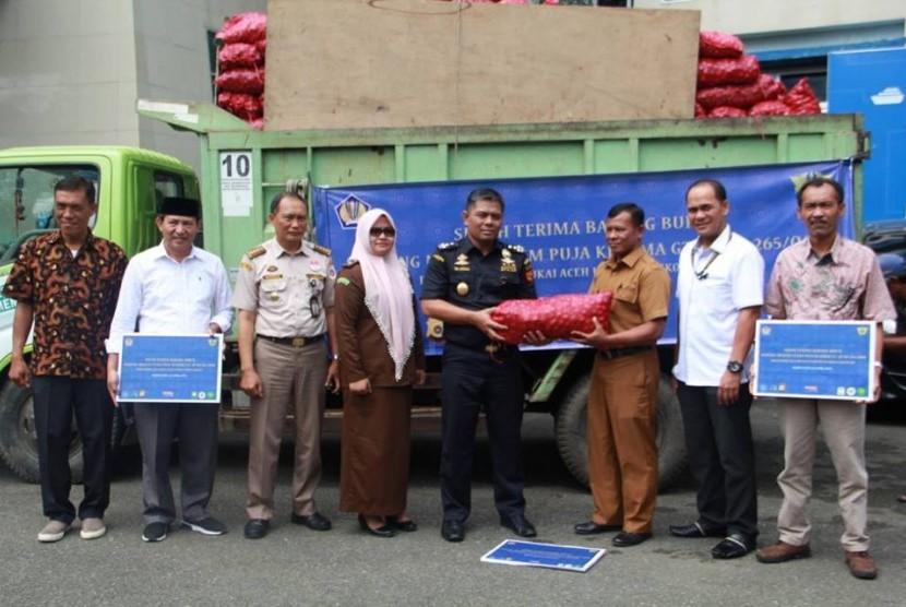 Bea Cukai Wilayah Aceh menghibahkan 20 ton bawang merah kepada Pemerintah Kota Banda Aceh, Pemerintah Kota Sabang dan Pemerintah Kabupaten Aceh Besar Selasa (2/4).