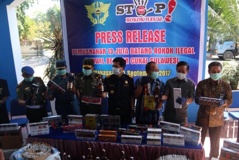 Bea Cukai Wilayah Sulawesi Selatan dan Bea Cukai Makassar memusnahkan rokok ilegal senilai Rp 8,48 miliar Selasa (19/9).