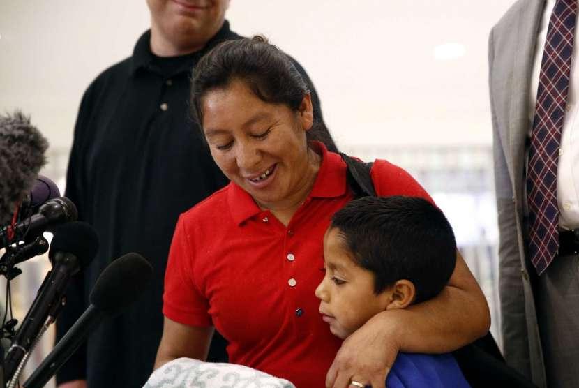Beata Mariana de Jesus Mejia-Mejia dan putranya.