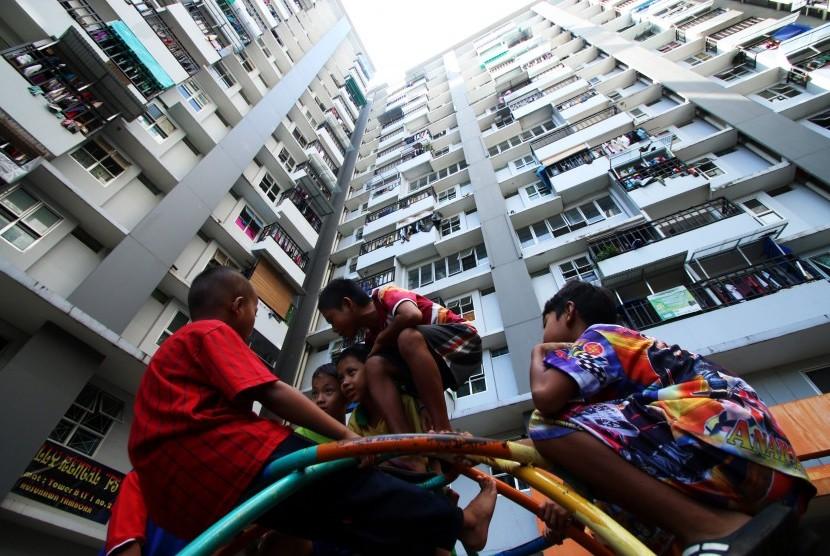 Beberapa anak bermain di kompleks Rumah Susun Tambora, Jakarta, Jumat (17/2).
