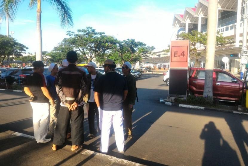 Beberapa anggota FPI terlihat menunggu kedatangan Habib Rizieq di parkiran terminal 2 Bandara Soekarno Hatta, Cengkareng, Tangerang, Rabu (21/2)