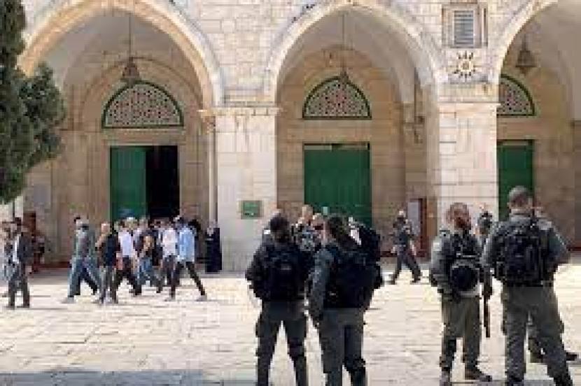 Beberapa jam setelah gencatan senjata yang mengakhiri 11 hari serangan Israel di Gaza mulai berlaku bulan lalu, polisi Israel menyerbu kompleks Masjid Al-Aqsa.