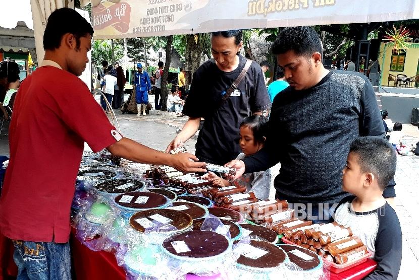 Beberapa pengunjung mengantri membeli dodol betawi di booth makanan khas berawi tersebut pada acara pentas seni budaya dan kuliner betawi di Taman Impian Jaya Ancol Jakarta, Ahad (15/10).