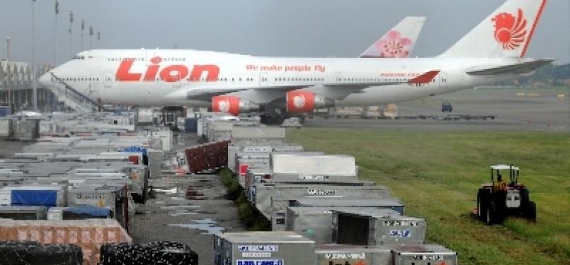 Beberapa pesawat milik maskapai penerbangan Lion Air parkir di Terminal 1 Bandara Soekarno-Hatta, Tangerang, Banten.