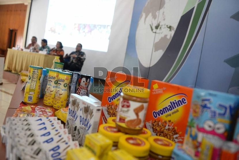 Beberapa produk pangan sitaan ditunjukkan di Kantor BPOM, Jakarta, Selasa (22/12).