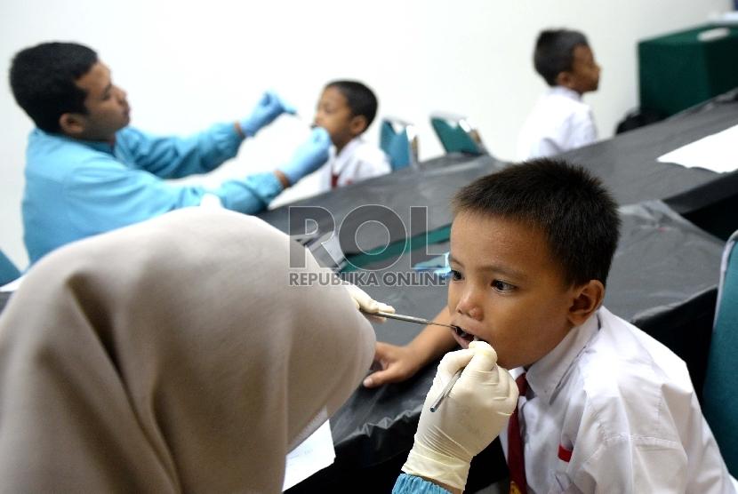 Beberapa siswa sekolah SDN 3 Cikini menjalani pemeriksaan gigi saat Bulan Kesehatan Gigi Nasional di Fakultas Kedokteran Gigi Universitas Indonesia, Jakarta, Selasa (22/9).