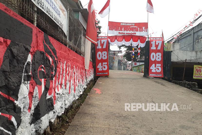 Tampak depan gapura yang dihias serba merah putih menyambut perayaan 17 Agustus.