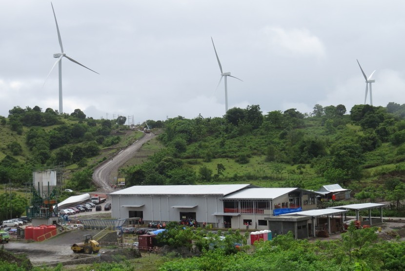 Beberapa turbin proyek Pembangkit Listrik Tenaga Bayu (PLTB) Sidrap di wilayah perbukitan Pabbaresseng, Desa Mattirotasi, Kecamatan Watang Pulu, Kabupaten Sidenreng Rappang (Sidrap), Sulawesi Selatan, Senin (15/1), tampak berdiri kokoh. Proyek pembangkit listrik 75 MW ini sudah mencapai 90 persen.