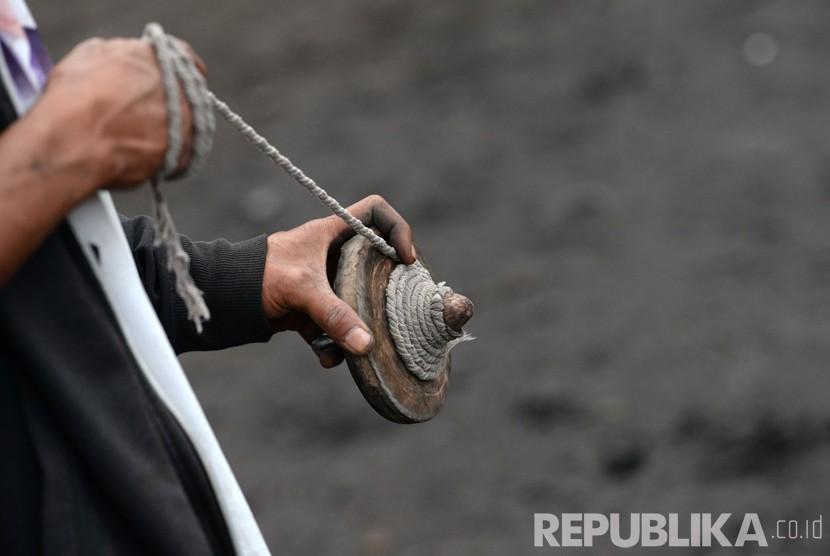 Permainan tradisional gasing di Desa Sembalun, Lombok.   (Republika/Wihdan Hidayat)