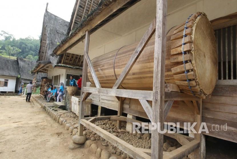 Beduk untuk menandai waktu shalat di depan Masjid Kampung Naga, Kabupaten Tasikmalaya, Kamis (2/11).