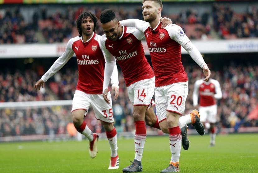 Bek Arsenal Shkodran Mustafi (kanan) merayakan golnya ke gawang Watford.