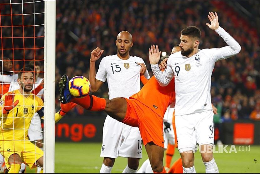 Penyerang Prancis Olivier Giroud (kanan).