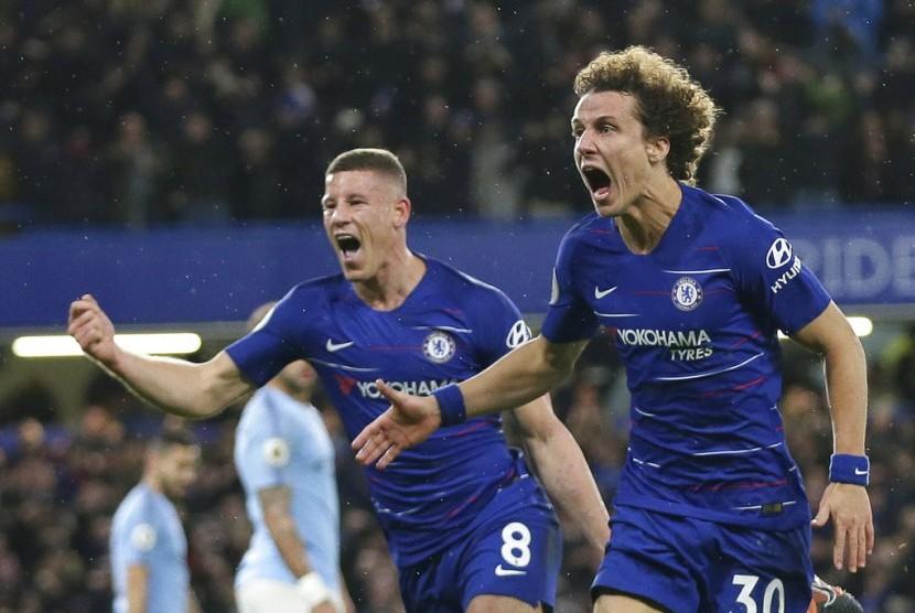 Bek Chelsea David Luiz (kanan) berselebrasi setelah mencetak gol ke gawang Manchester City.