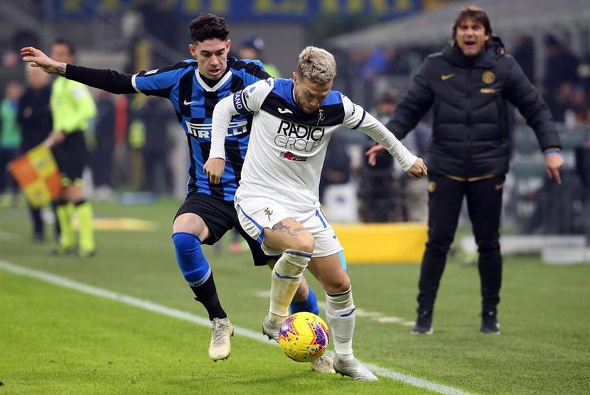 Pertahankan Bastoni, Inter Tolak Tawaran Barca dan City