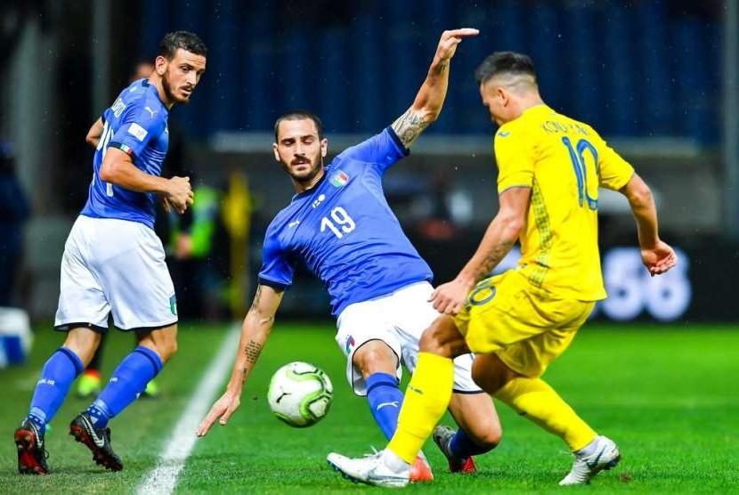 Bek Italia Leonardo Bonucci (tengah) berusaha menjegal laju pemain Ukraina Yevhen Konoplyanka dalam laga persahabatan di Stadion Luigi Ferraris, Genoa, Kamis (11/10) dini hari WIB.