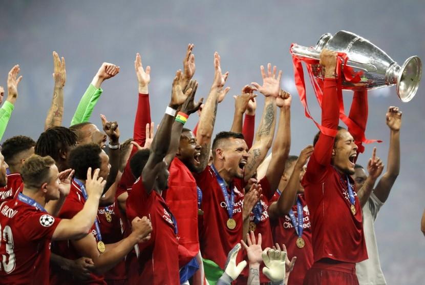Bek Liverpool, Virgil van Dijk (kanan) mengangkat trofi Liga Champions.