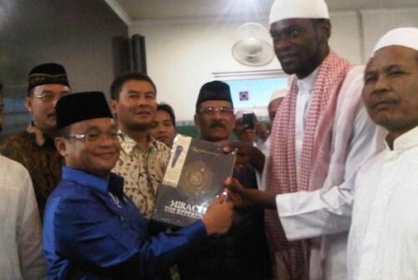 Bek Persib Abanda Herman (berbaju koko putih dan berkopyah) usai resmi menjadi Muslim.