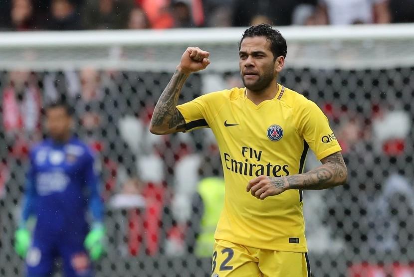 Bek PSG, Dani Alves merayakan golnya ke gawang OGC Nice pada laga lanjutan Ligue 1, Ahad (18/3). PSG menang 2-1.