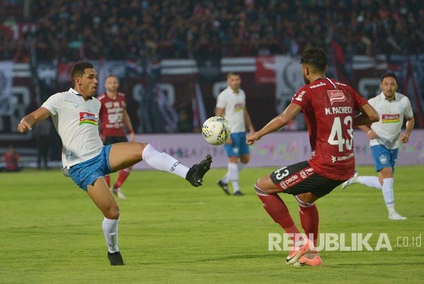 Bek PSIS Semarang Wallace Costa Alves (kiri) berupaya bek Bali United William Pacheco dalam pertandingan Liga 1 2019 di Stadion I Wayan Dipta, Gianyar, Bali, Sabtu (22/6).