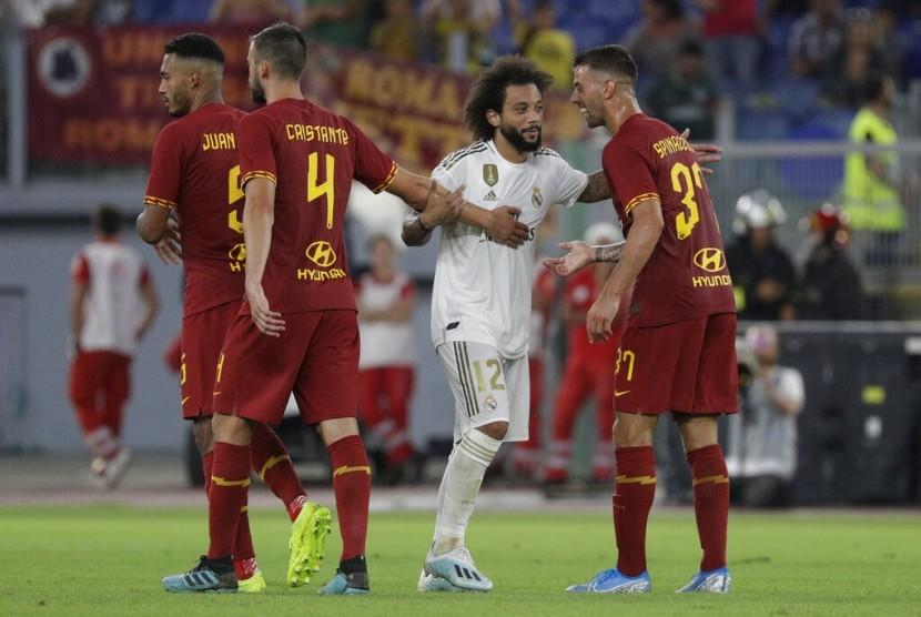 Bek Real Madrid, Marcelo (tengah) di antara pemain AS Roma pada laga uji coba, Ahad (11/8).