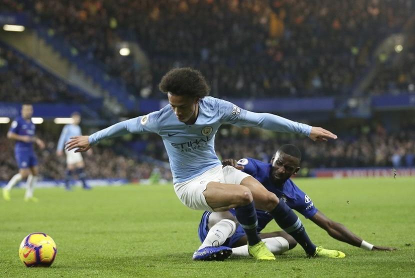 Bek tengah Chelsea, Antonio Rudiger menghadang permainan pemain Manchester City, Leroy Sane dalam laga lanjutan Liga Primer Inggris antara Chelsea kontra Manchester City di Stamford Bridge, London.