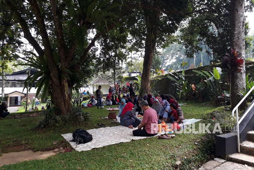 Belasan ribu warga melakukan aktivitas tradisi papajar atau kumpul dan makan bersama menjelang puasa di kawasan wisata Selabintana Kecamatan/Kabupaten Sukabumi Ahad (6/5).