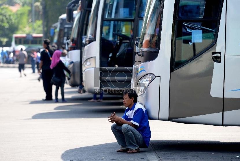 Awak bus AKAP menunggu penumpang di Terminal Bus Kampung Rambutan, Jakarta Timur.  (Republika/Wihdan)