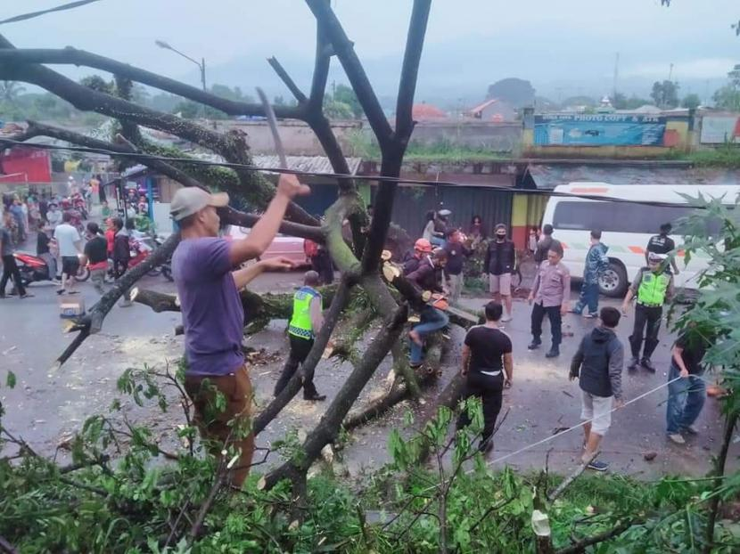 Bencana angin kencang mengakibatkan sejumlah rumah warga rusak (ilustrasi)