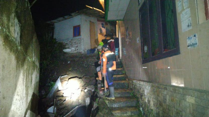 Bencana longsor yang terjadi di wilayah Kecamatan Gunungpuyuh, Kota Sukabumi.