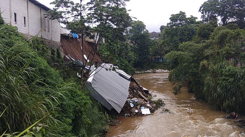 Bencana longsor menerjang bangunan Pasar Parungkuda, Kecamatan Parungkuda, Kabupaten Sukabumi (ilustrasi)