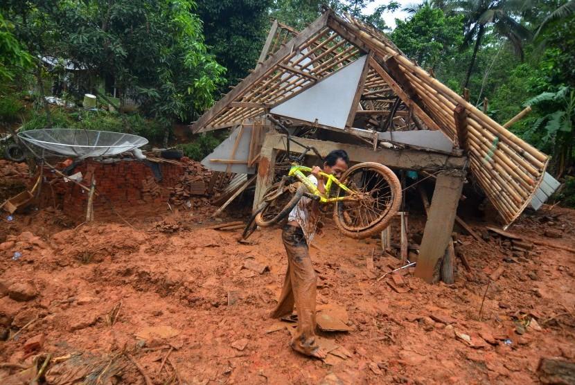 Bencana tanah longsor.