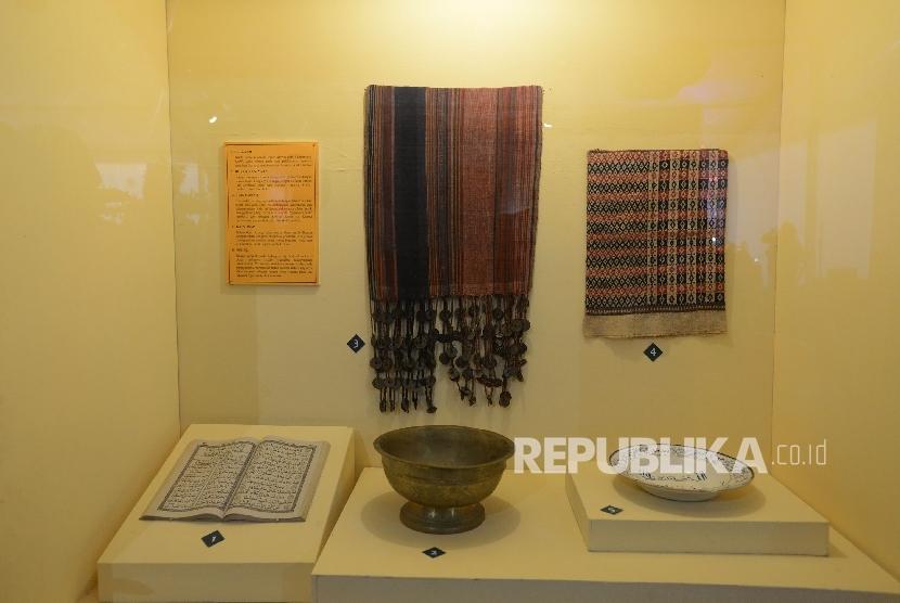 Benda bersejarah dari Lombok ditunjukan saat pameran peradaban Islam Nusantara yang di selenggarakan di Islamic Center Nusa Tenggara Barat, Sabtu (30/7)