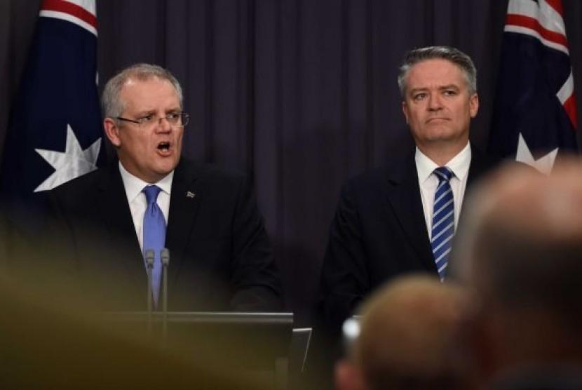 Bendahara Utama Australia Scott Morrison (kiri) dan Menteri Keuangan Mathias Cormann memberikan jumpa pers mengenai situasi anggaran Australia selama enam bulan terakhir.
