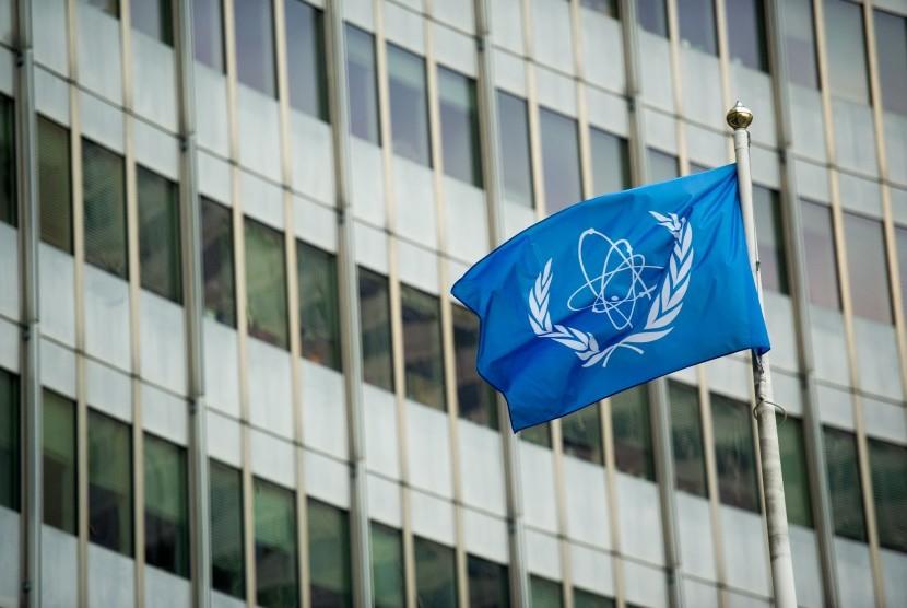 Bendera Badan Energi Atom Internasional berkibar di Vienna International China dalam rangka pembicaraan nuklir Iran bersama Prancis, Jerman, Inggris, Cina, Rusia, AS, dan Iran.