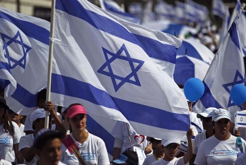 Bendera Israel dikibarkan warga.