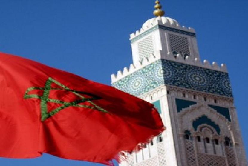 Bendera Maroko dengan latar belakang masjid.