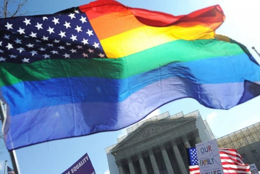 Bendera pelangi simbol kaum LGBT.
