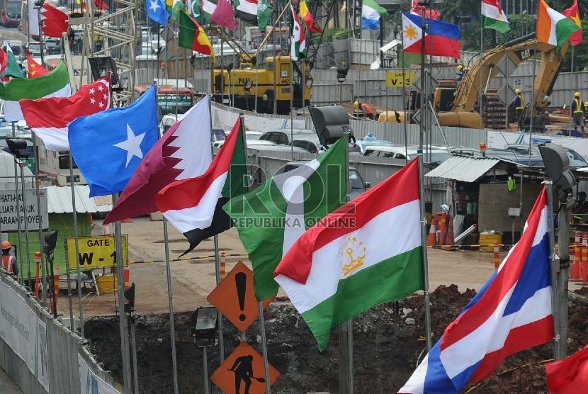 Bendera peserta Konferensi Asia Afrika (KAA) terpasang dijalan MH Thamrin, Jakarta, Rabu (15/4).(Republika/Tahta Aidilla).