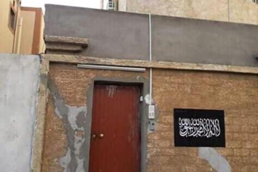 Bendera tauhid tertempel di dinding rumah Habib Rizieq di Makkah.