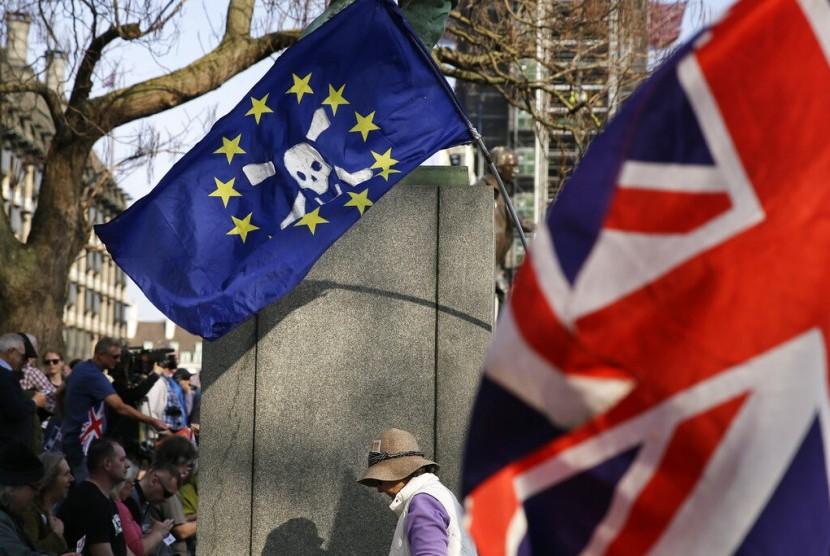 Bendera Uni Eropa dan bendera Inggris yang ditinggalkan demonstran pro-Brexit di Parliament Square di London, 29 Maret 2019.