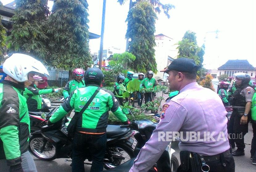 Bentrok terjadi antara sopir taksi dan pengemudi ojek online di Solo Rabu (15/3) pagi.
