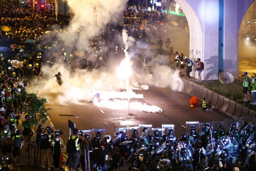Bentrokan antara demonstran dan polisi Hong Kong pada 21 Juli 2019